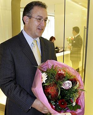 Ahmed Aboutaleb recibe un ramo de flores en el aeropuerto de Amsterdam. (Foto: AFP)